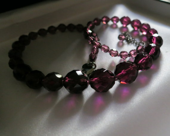 Beautiful vintage silvertone faceted purple glass beaded necklace