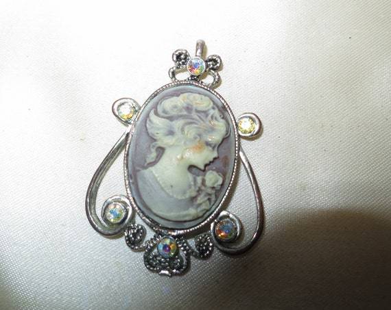 Lovely vintage cameo carved resin and aurora borealis glass   pendant