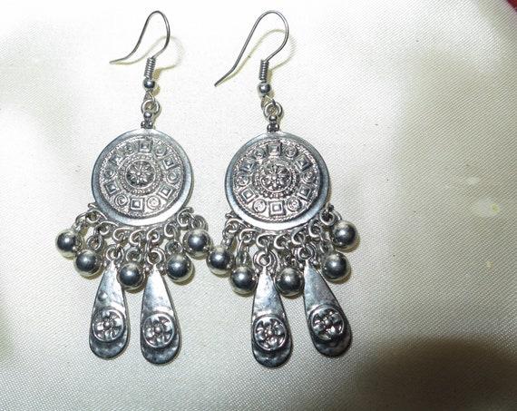 Lovely pair of vintage silvertone  dangle dropper earrings