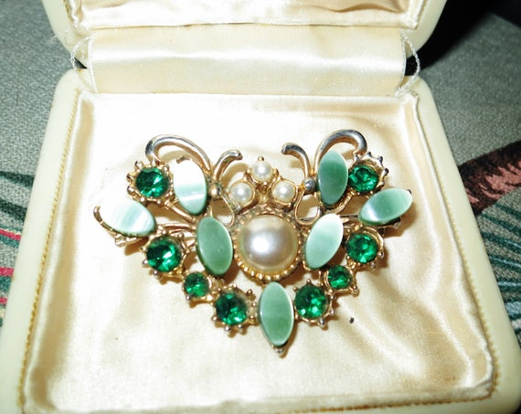 Lovely vintage gold metal  thermoset lucite green glass brooch