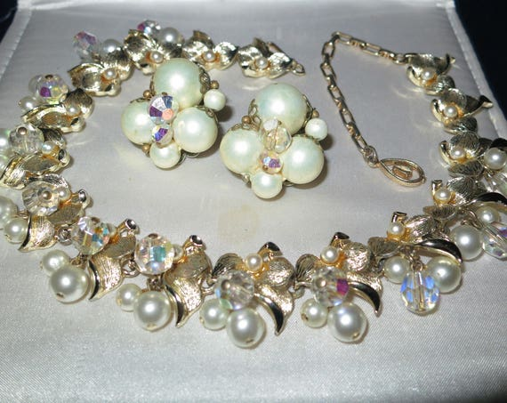 Lovely vintage goldtone Miriam Haskell style fx pearl earrings and necklace set