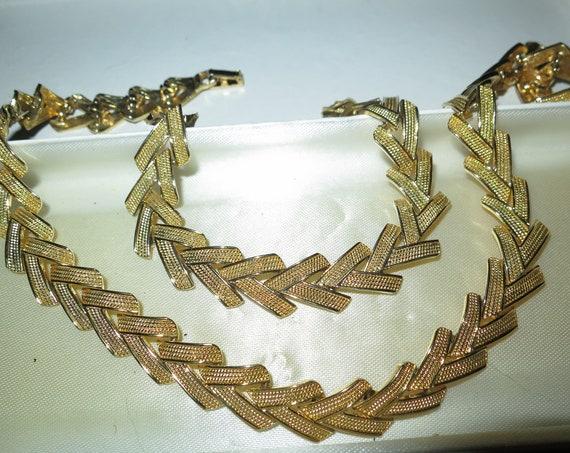Wonderful Vintage goldtone set of necklace and bracelet