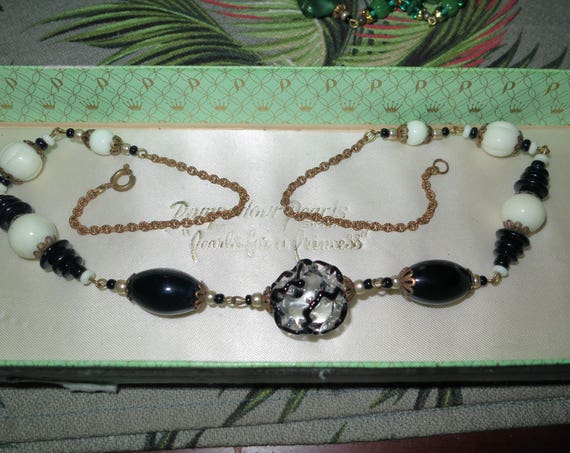 """Lovely vintage black and white art glass necklace 21"""""""
