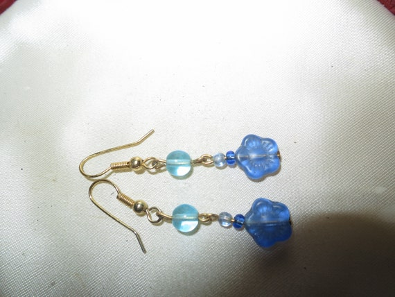 Wonderful pair of  vintage goldtone blue glass flower dropper earrings