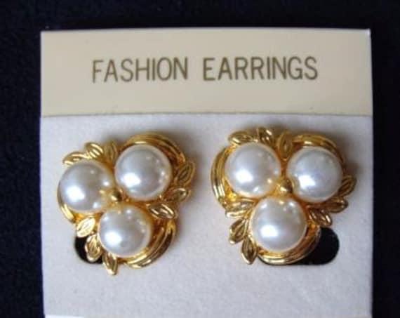 Beautiful vintage goldtone fx pearl clip on earrings