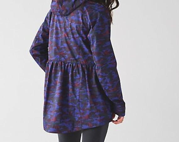 BNWT Lululemon Rain for Daze ii blue camoflague print jacket size 4