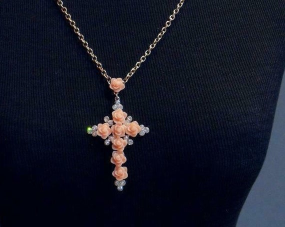 Wonderful vintage Goldtone  Peach Floral & Crystal Cross Pendant  necklace