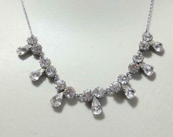 Beautiful vintage silvertone rhinestone glass necklace