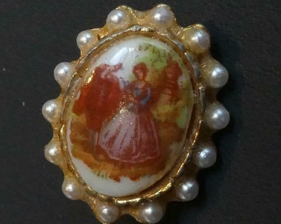 Lovely vintage Small Oval Goldtone Faux Pearl Courting Couple Glass Fragonard  brooch