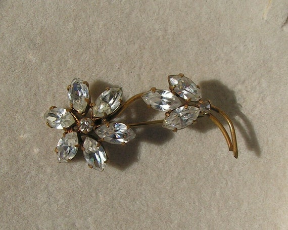 Lovely vintage goldtone sparkly flower diamante brooch