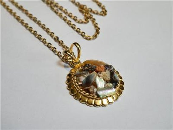 Wonderful   vintage goldtone cluster shell chip pendant necklace