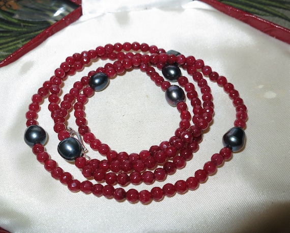 Beautiful sparkly 4 mm faceted ruby and black pearl long necklace 28""