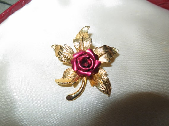 Pretty vintage Goldtone red enamel rose brooch