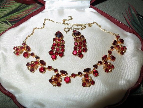 Gorgeous vintage set of ruby red glass necklace & clip on earrings