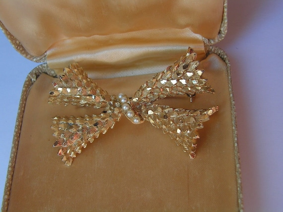Gorgeous vintage textured shiny and matt gold scale bow brooch with pearls