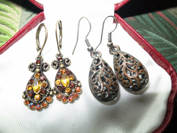 2 pairs of Wonderful vintage goldtone amber glass dropper earrings