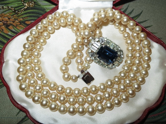 Lovely vintage 3 strand glass pearl blue glass clasp necklace