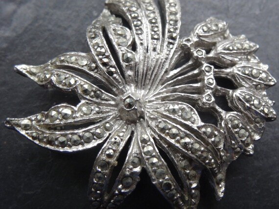 Gorgeous vintage 1950s marcasite ornate daisy flower silver tone brooch pin
