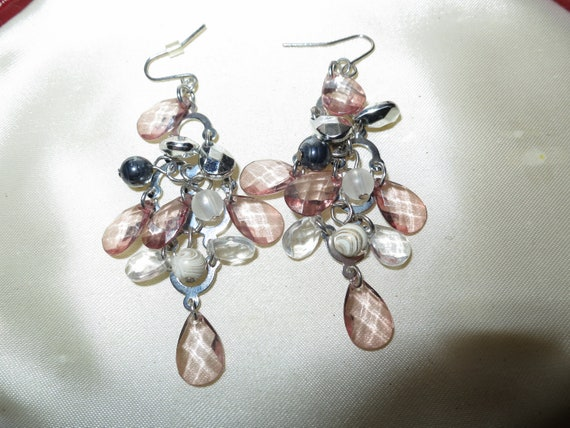 Beautiful vintage silvertone peach lucite dropper earrings