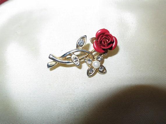Pretty vintage petite Goldtone red enamel rose diamante brooch