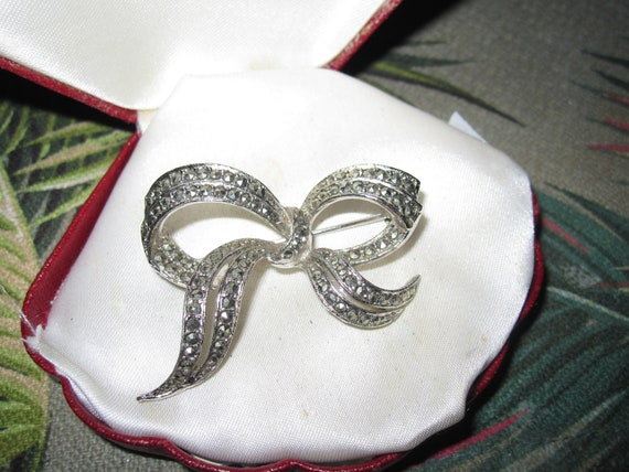 Lovely vintage silvertone marcasite stylish bow brooch