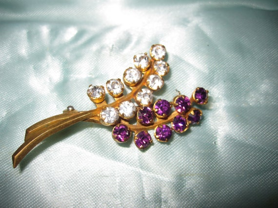 Lovely vintage gold metal clear and amethyst purple glass floral  brooch