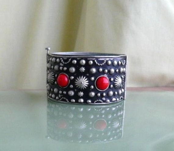 Beautiful vintage 1970s Alpaca red glass cuff bangle bracelet