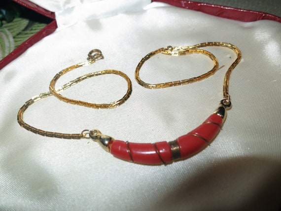 Delightful vintage gold plated fx coral necklace