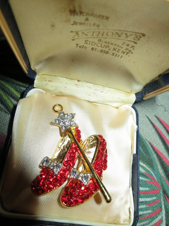 Gorgeous   sparkly goldtone red rhinestone Wizard of Oz Dorothy pendant for necklace