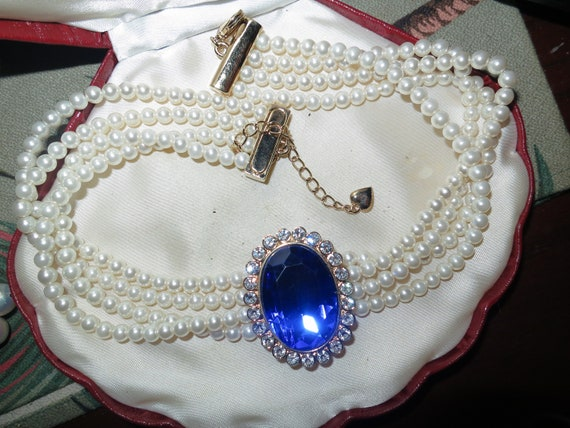 Lovely Classical vintage 4 strand fx pearl necklace and blue central pendant
