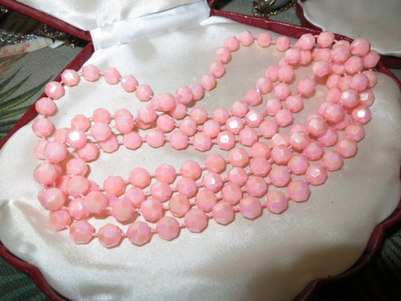 Lovely vintage pearly lustre sugar pink lucite bead flapper necklace