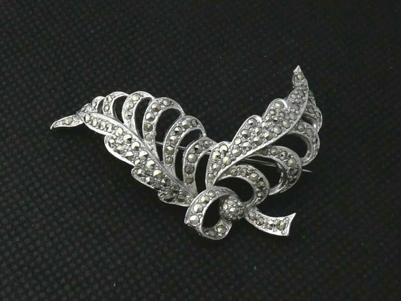 Beautiful vintage Silvertone Marcasite Stylised Floral / Feather Bow brooch