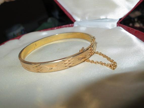 Lovely vintage diamond cut goldtone bangle bracelet