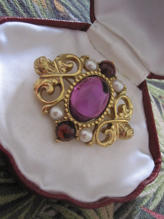 Lovely Vintage Gold Tone Amethyst Glass Faux Pearl Pin Brooch
