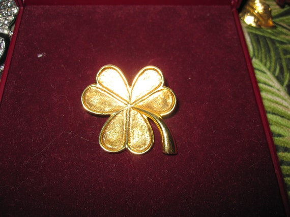 Lovely vintage goldtone 3 leaf clover brooch