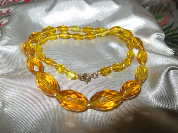 Very lovely Art Deco faceted golden yellow graduated glass necklace