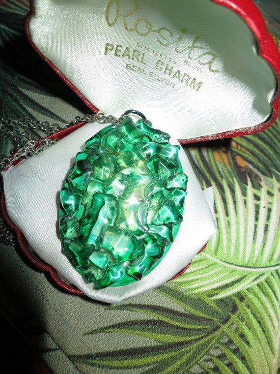 Wonderful vintage silver metal green acrylic resin pendant necklace