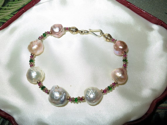 Lovely new handmade genuine pink rainbow high lustre Kasumi pearl bracelet with emeralds and rubies