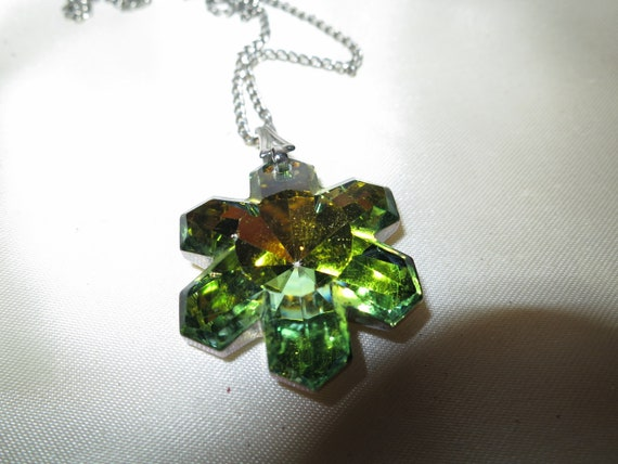 Beautiful Vintage silvertone green rivoli glass snowflake pendant necklace