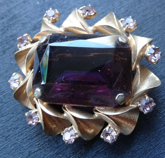 Lovely vintage faceted purple and lilac glass open back gold tone brooch