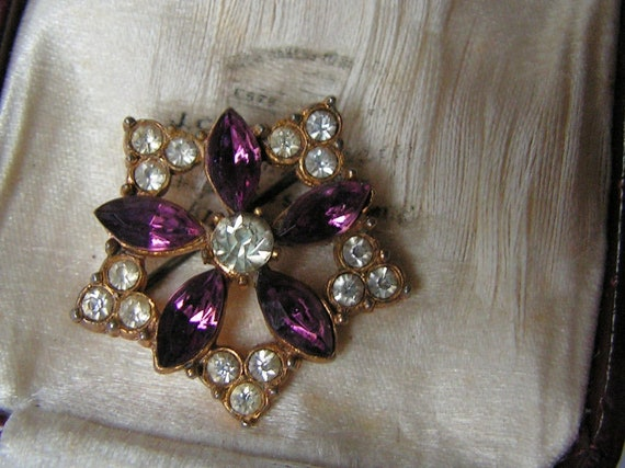 Wonderful Vintage Deco goldtone   amethyst glass brooch