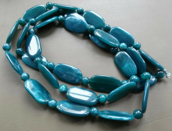 Lovely vintage teal green blue lucite bead long flapper necklace