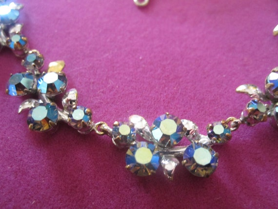 Beautiful vintage aurora borealis rhinestone flower silver tone chain necklace