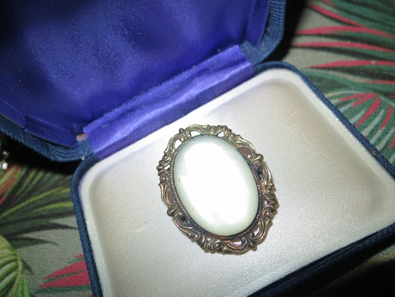Pretty vintage goldtone opaque glass pearl scarf clip