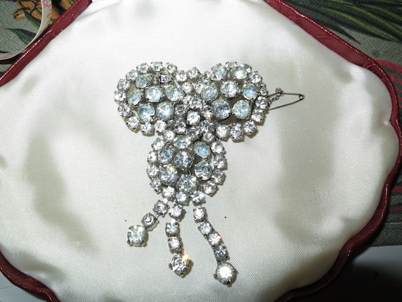 Lovely vintage large silvertone clear rhinestone brooch with safety chain