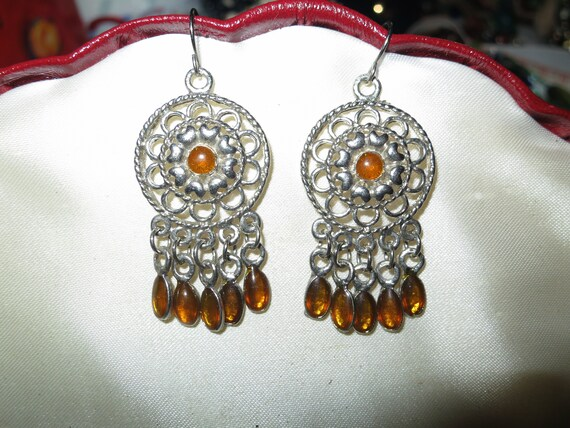 Lovely pair of vintage silvertone dangle earrings with amber stones