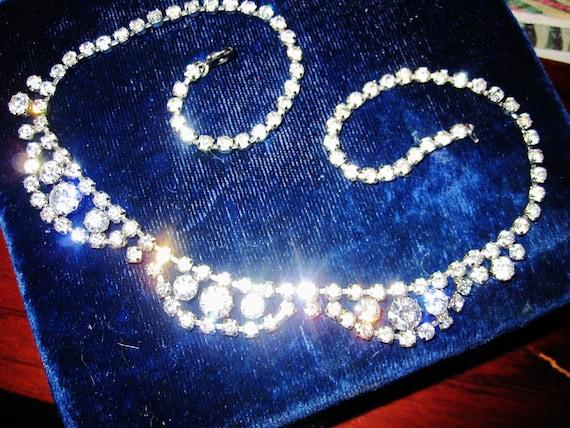 Gorgeous vintage silvertone sparkly rhinestone necklace
