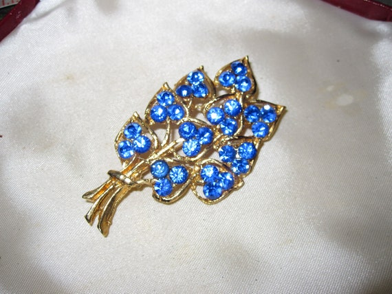 Beautiful vintage goldtone cobalt blue glass flower brooch