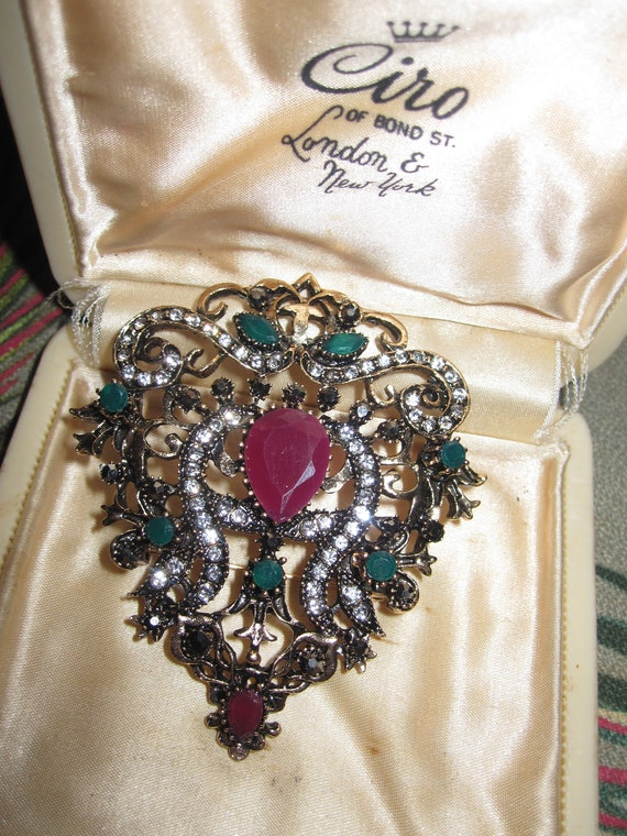 Wonderful goldtone ornate crystal and resin antique style brooch