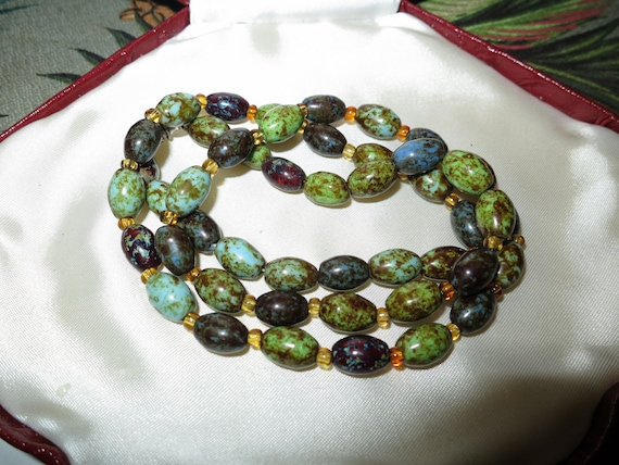 """Beautiful vintage Scottish green agate amber glass necklace 24"""""""